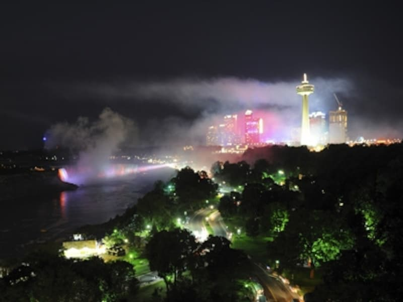 イルミネーションに彩られた夜のナイアガラ。これを見られるかどうかで、旅の印象は大きく違ってくるはず(C)TourismOntario