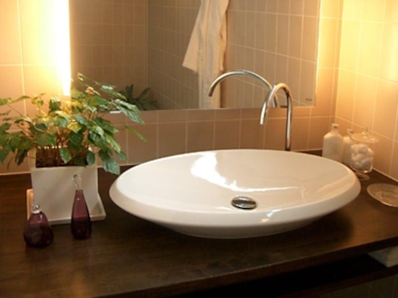 寝室脇に設けられた小さな洗面スペース。夜に鏡の前に座ってゆっくりお肌のお手入れをしたり、ちょっと手を洗ったり(住友林業)