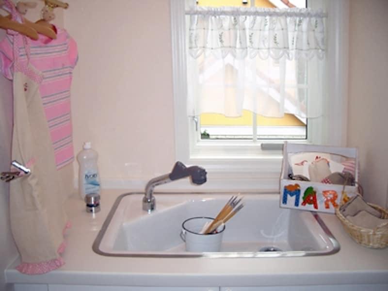 絵の具のついた筆やパレットもここで。子供たち専用のセカンド洗面所(東急ホーム)