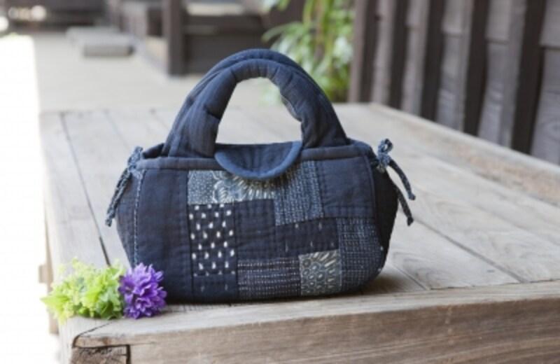 無地、絣、型染めの藍布を使ったバッグ。作品デザインundefined津田広子undefined製作undefined神尾真砂子