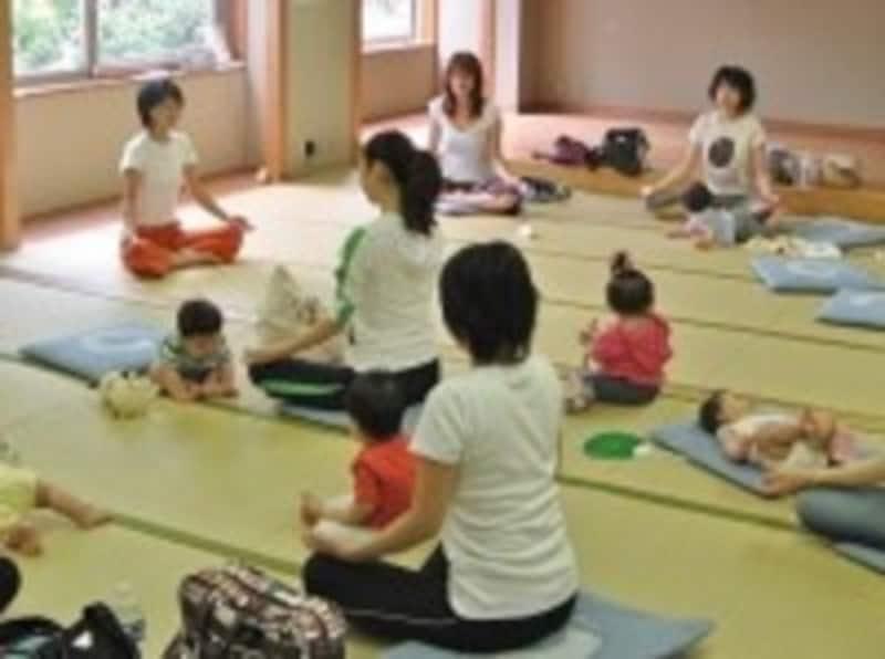 卒乳・断乳の時期や方法についてお話を聞いた、産後の体調、体型回復や、健康維持を目的にしたヨガクラスの講師を務める内田綾子助産師(左端)