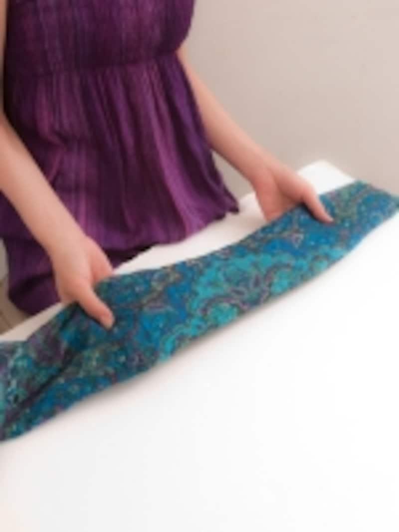 スカーフの大きさによって、折り方は多少変わってくるが、4~7センチ位の幅にすると、巻いた際バランスがとり易い