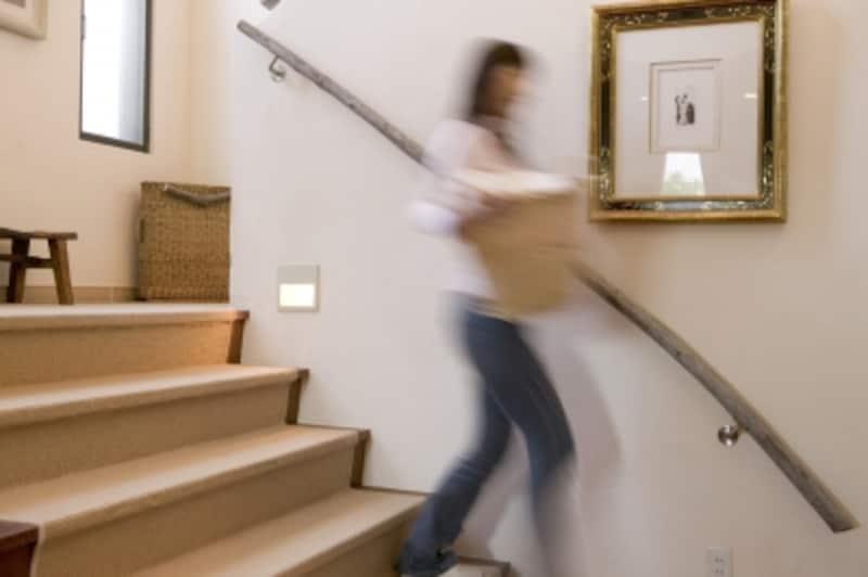 洗濯物を持って階段の上り下りするのは重労働。足を滑らせて怪我をする恐れもある