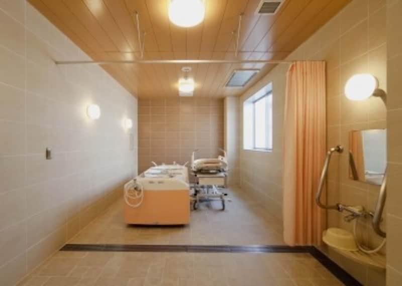 サービス付き高齢者向け住宅の、寝たままで入る浴室