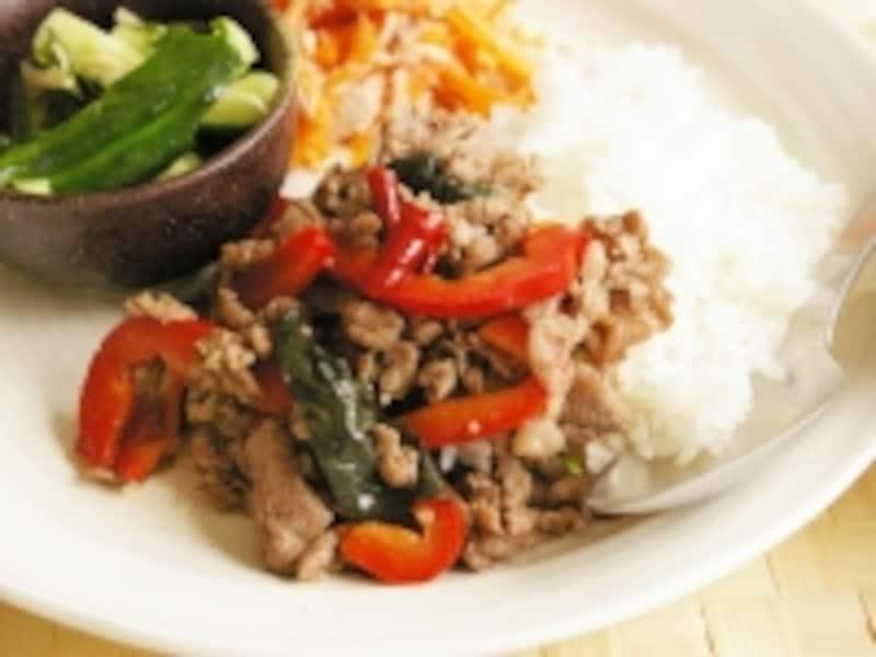 牛肉のバジル炒め丼
