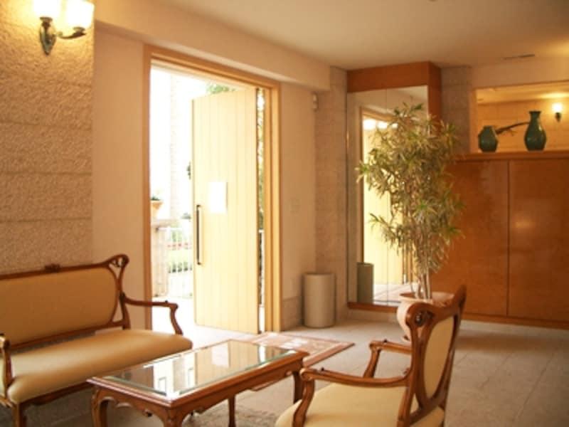 広めにとった玄関ホールに接客コーナーを作り、訪れる人と繋がるスペースに。