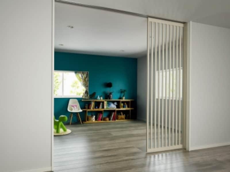 子供室には、部屋の様子が分かる間仕切り扉を設けても。[アルミインテリア建材スクリーンパーティション間仕切片引き戸(3枚建)Jタイプ開]undefinedYKKAPhttp://www.ykkap.co.jp/