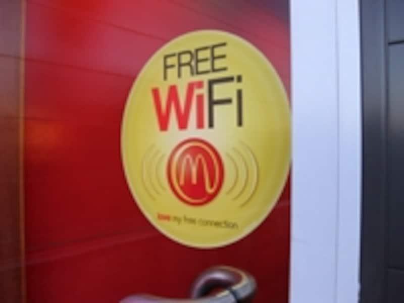 FreeWi-Fiなどと書かれたサインに注目
