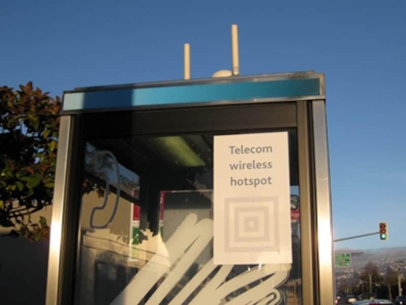 街角に無料Wi-Fiが設置されていることも!