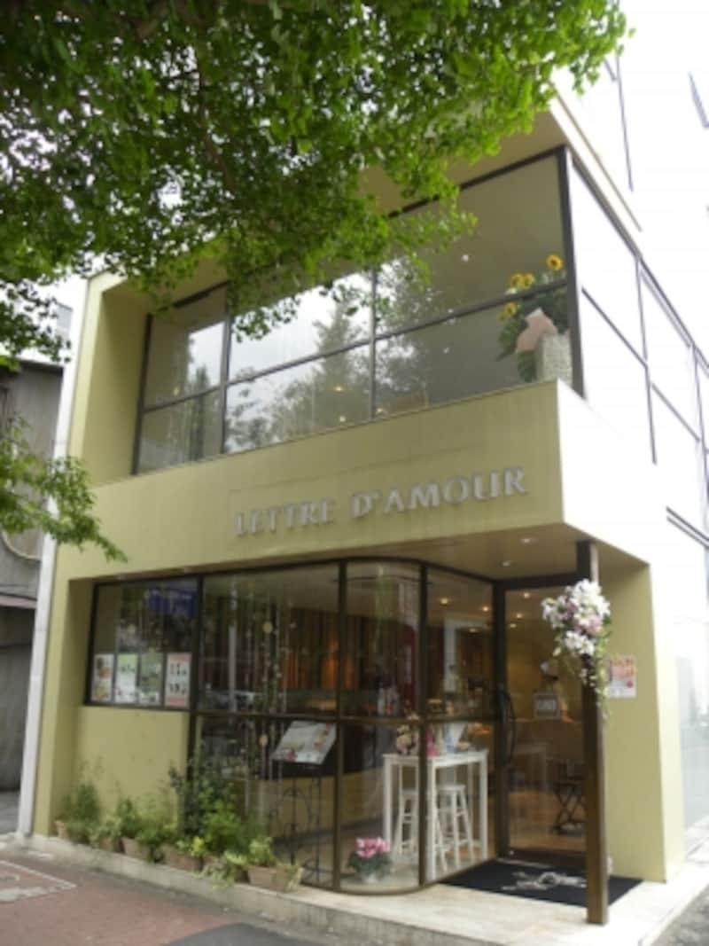 ガラス張りの建物がおしゃれなプラチナ通り沿いの「レトルダムールグランメゾン白金」