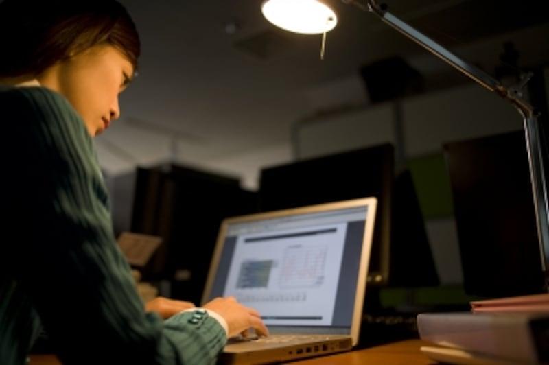 暗い中作業する女性
