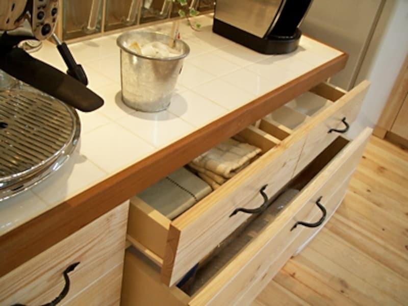 オーダーキッチンとおそろいの食器棚。引き出し式なので収納力もばつぐん(水谷建設)