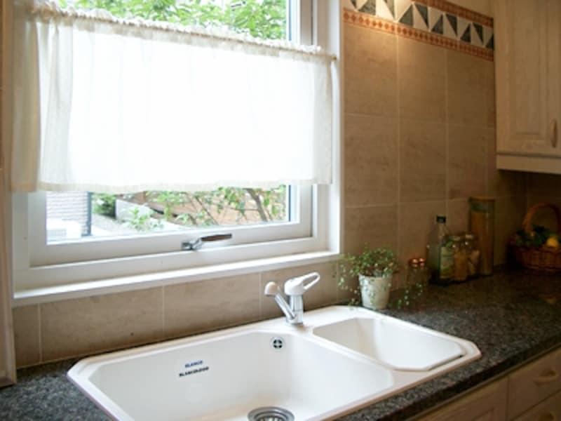 シンクの前にはながめのいい小窓。キッチンから見える光景をよく考えてプランを(スウェーデンハウス)