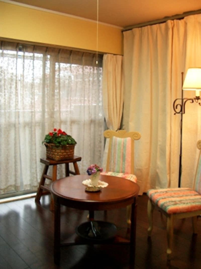 壁面カーテンとアイアンのスタンド。カーテンにシワが目立ちますが吊るしているうちにキレイに伸びてきます。