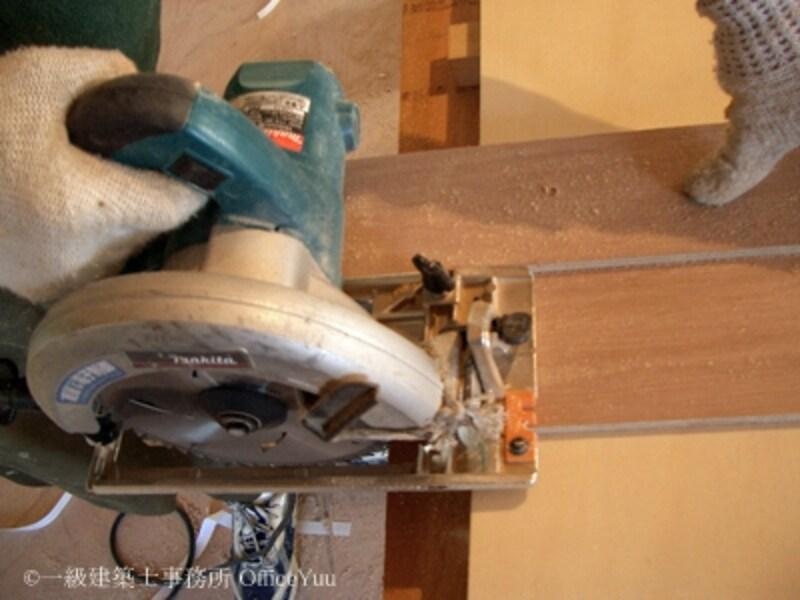 オリジナルの木製定規は丸のこの幅に合わせて作ってある。板が素早く簡単にまっすぐ切れる。