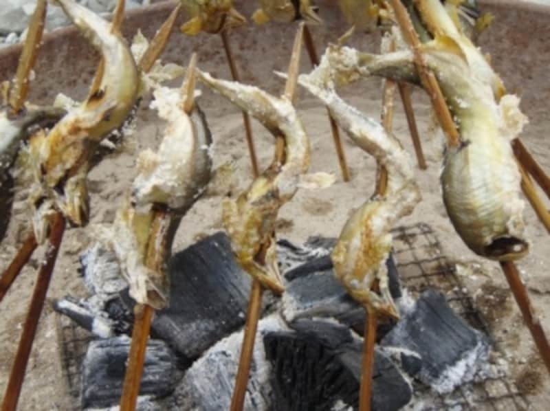 寒い時は、焚火にいつも「やかん」や「なべ」でお湯を沸かしておけば、お金をかけないで温まれる