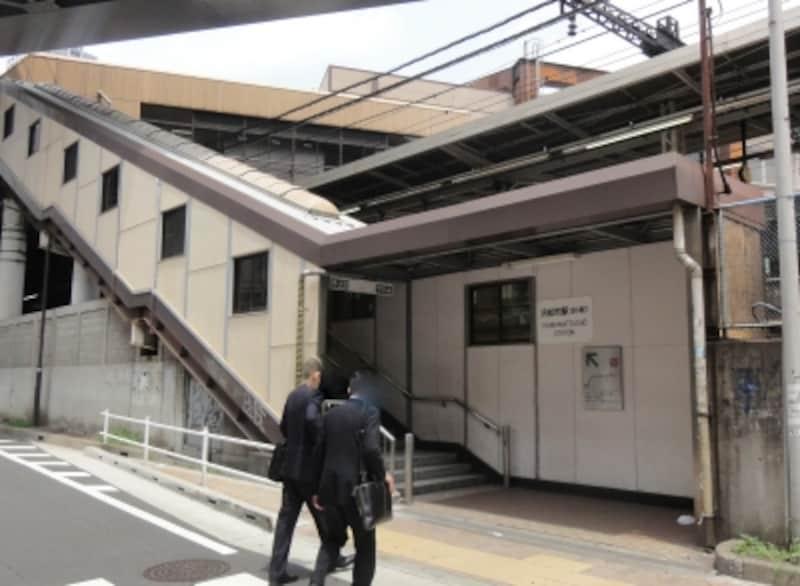 見上げると高架された浜松町駅のホームがある