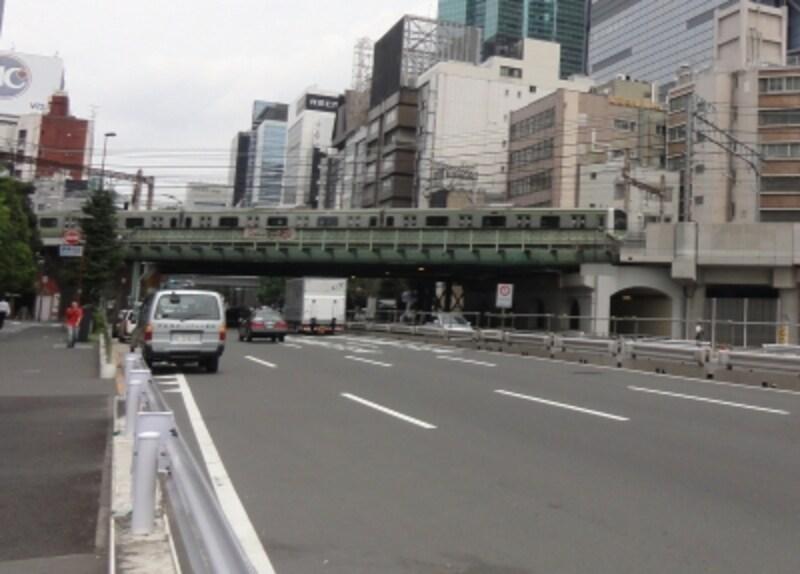 左側が新橋駅になる