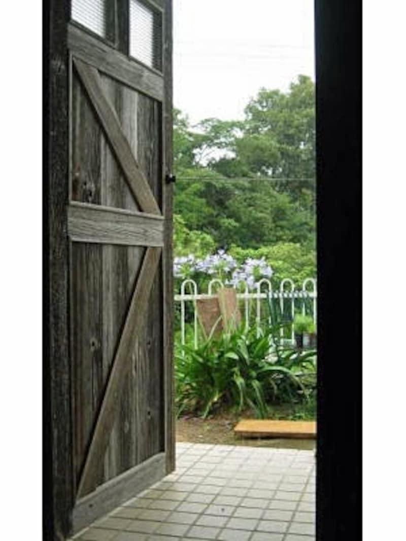 素晴らしい木製玄関ドアの取り付け後も、ずっとそのままになっていた玄関ポーチの床タイル。
