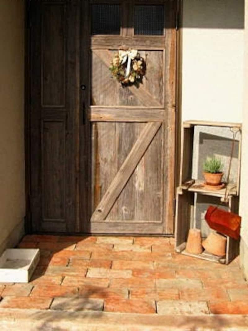 DIYリフォーム後の玄関の様子。クリスマスにドライリースで飾った玄関扉(Mさんのホームページ⇒blue_BLUE_step)