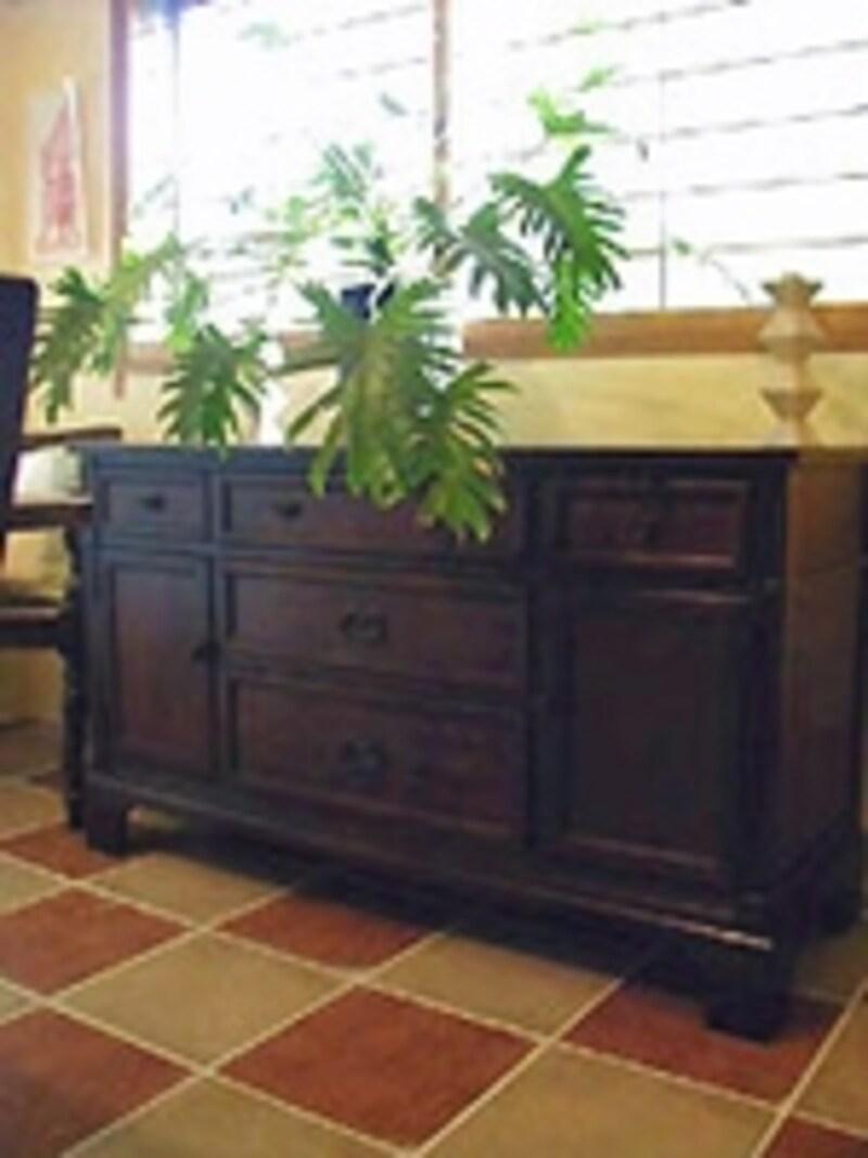 リペアしたアンティークな家具がDIY空間によく似合う。