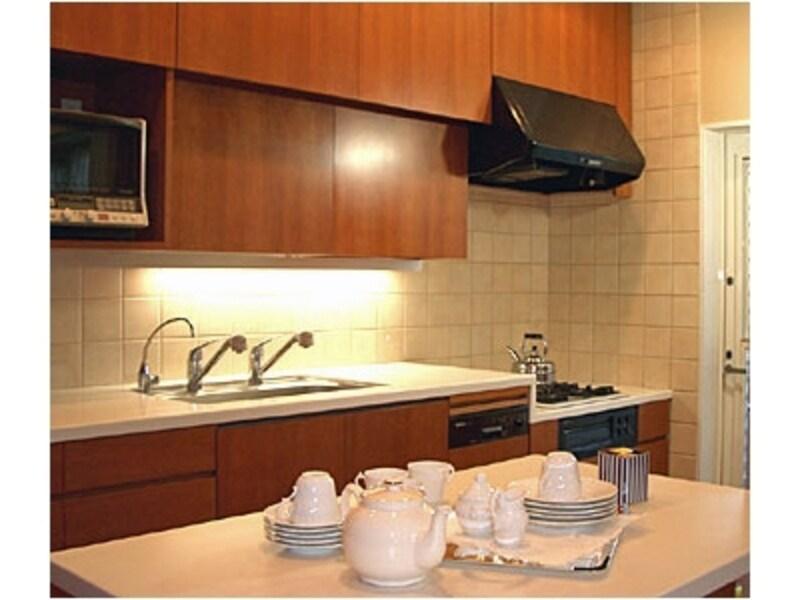 インテリアコーディネートのガイド菅野さんが手がけられた3種類の高さがあるオーダーキッチン。扉は桜材、カウンターはコーリアン(インテリアスタイル実例/菅野民子さん)