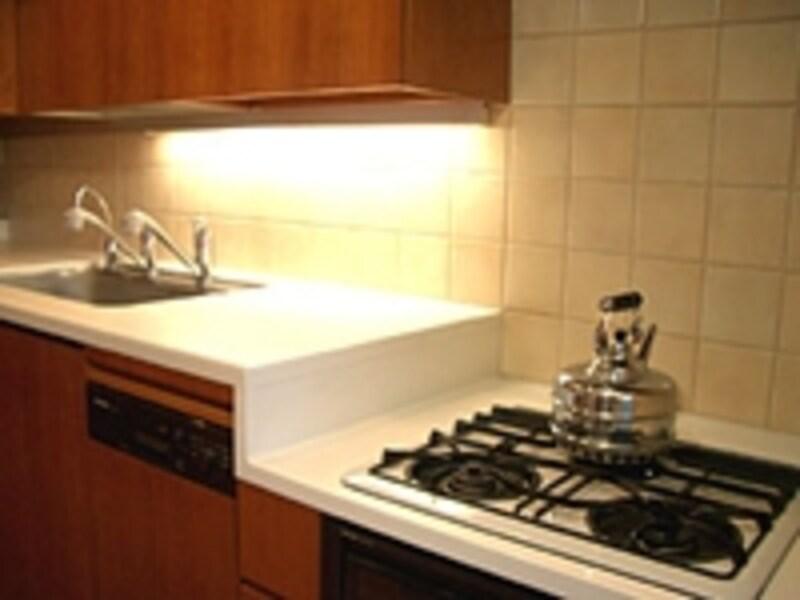 90cmと75cmの高さに分けられたキッチン。シームレス接合なので掃除もしやすい。