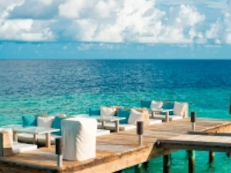 レストランの客席が水上に!海の中を泳ぐ魚の姿を眺めながら食事できます
