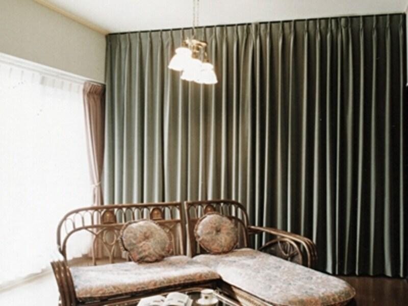 カーテンの向こう側には何が?インテリアのアクセントにもなる壁面カーテン。