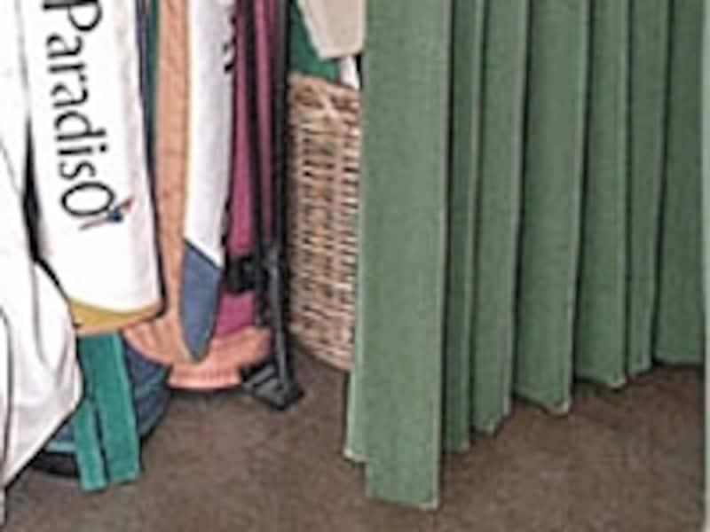 カーテンをめくると……ゴルフバッグ、ドッグフードの大袋、古い本棚などが。