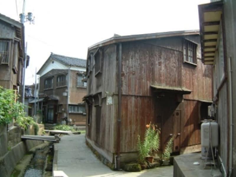 宿根木の町並み(1)/三角形の家