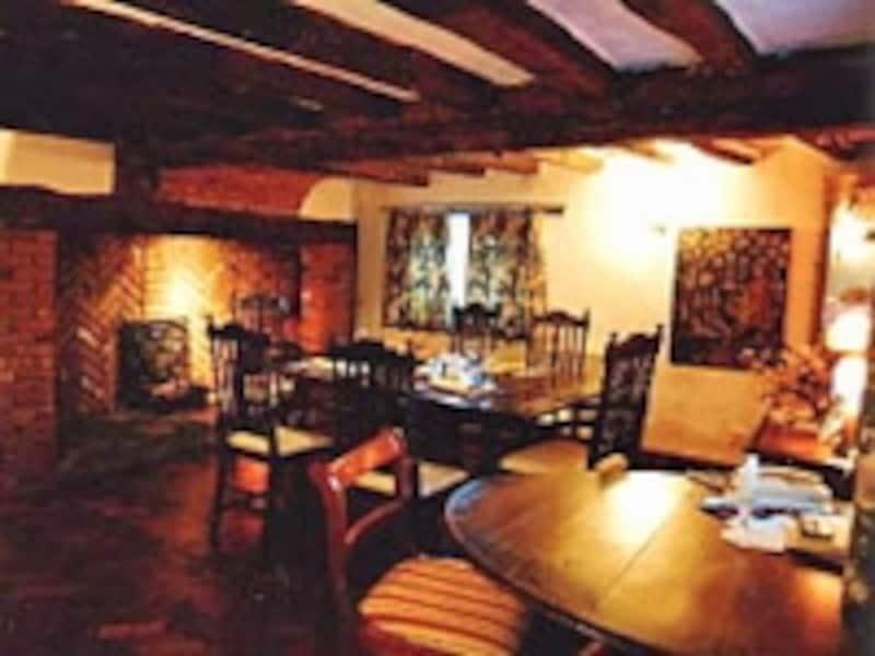 茶色い大きな梁に白い壁、レンガ作りの暖炉。Kさんが過ごしたイギリスの家。