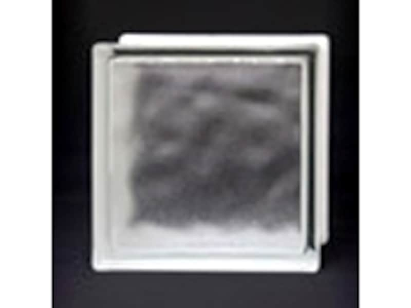 高い断熱性能をもつガラスブロック。板ガラスの約3倍の断熱性能で冬も暖かい(ファイネックスHI/日本電気硝子)