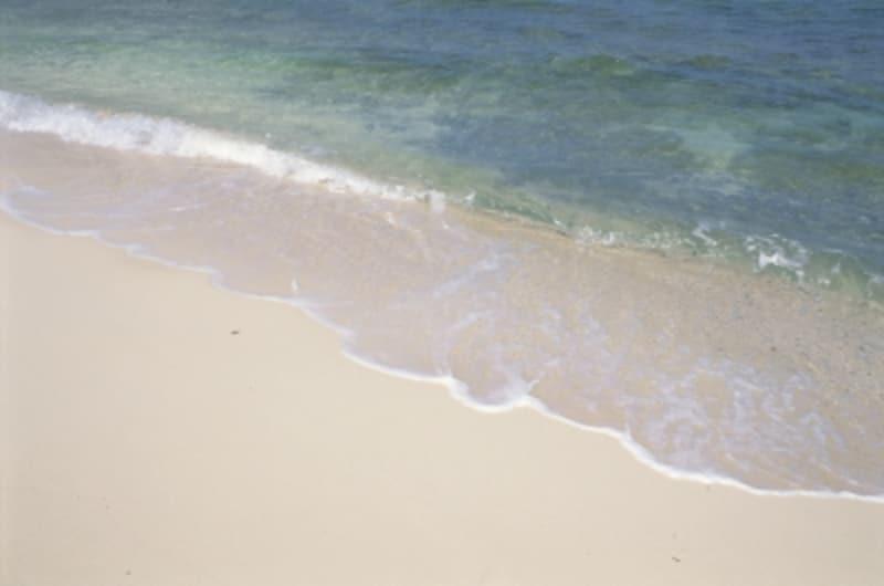 寄せては返す波の音が、海へと誘います