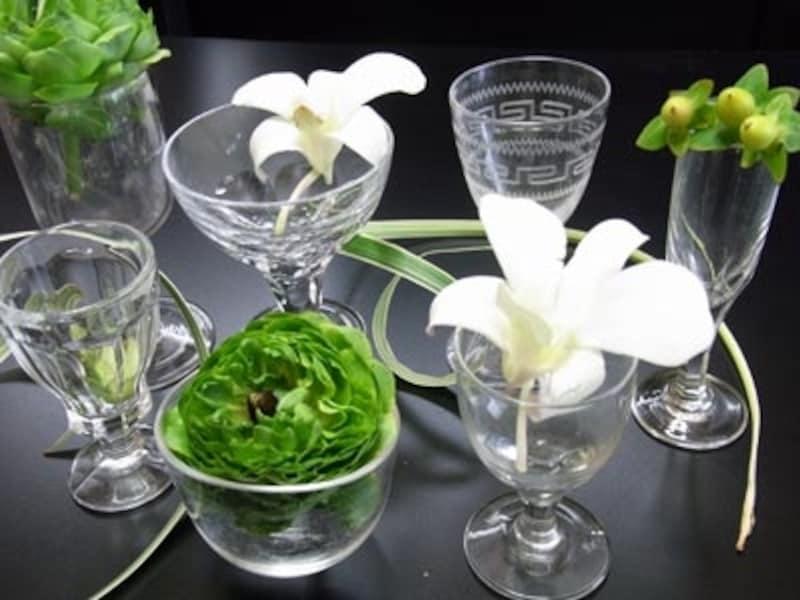 小さいグラスと緑の植物