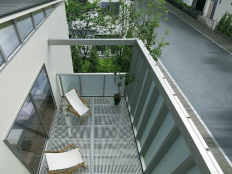 アルミ製の採光デッキを取り入れれば、下の階へ光と風を確保することができる。[大型空間バルコニーエアキューブ]undefinedYKKAPundefinedhttp://www.ykkap.co.jp/