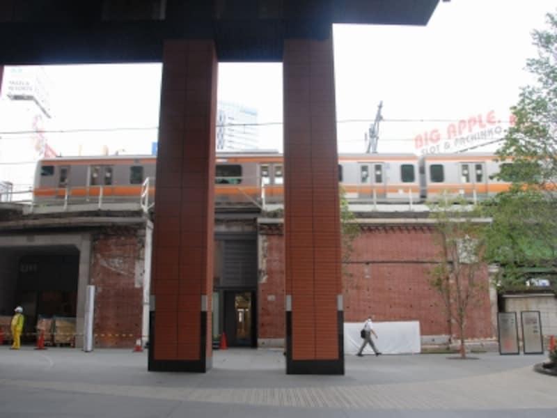 旧万世橋駅付近を通過する中央線