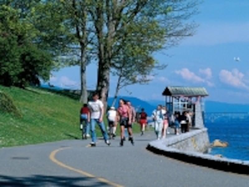 シーウォールは平坦なので、自転車やローラーブレードでもラクラク(C)TourismBC