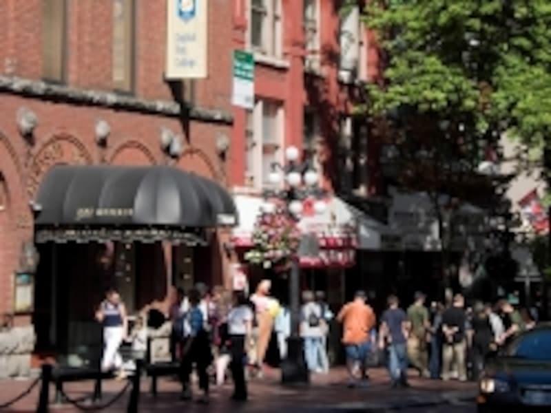 バンクーバー屈指の観光スポットなので、レストランや土産物屋が多数(C)TourismBC/DannielleHayes
