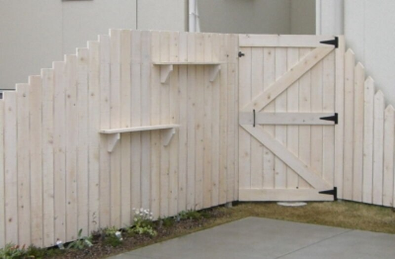 ウッドフェンスとウッドゲートドア