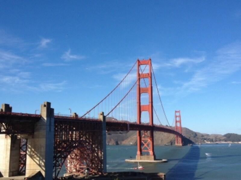 全長2,737mの巨大な吊り橋は圧巻