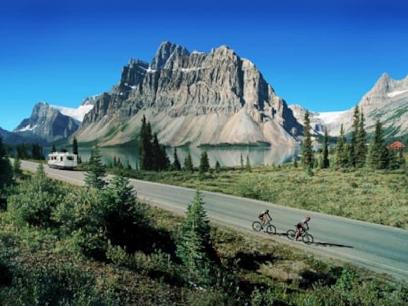 数多くの氷河や湖が次々と車窓に展開(C)TravelAlberta