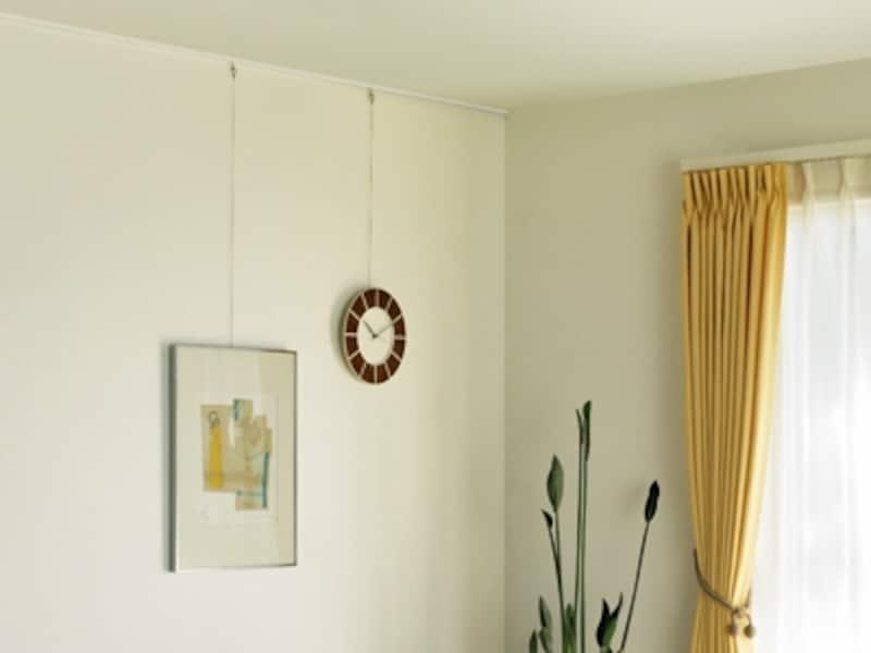 ピクチャーレールの取り付けリフォームすれば、壁に絵や写真、時計などを好きな位置に飾ることができる(ピクチャーレールVP-M/タチカワブラインド)