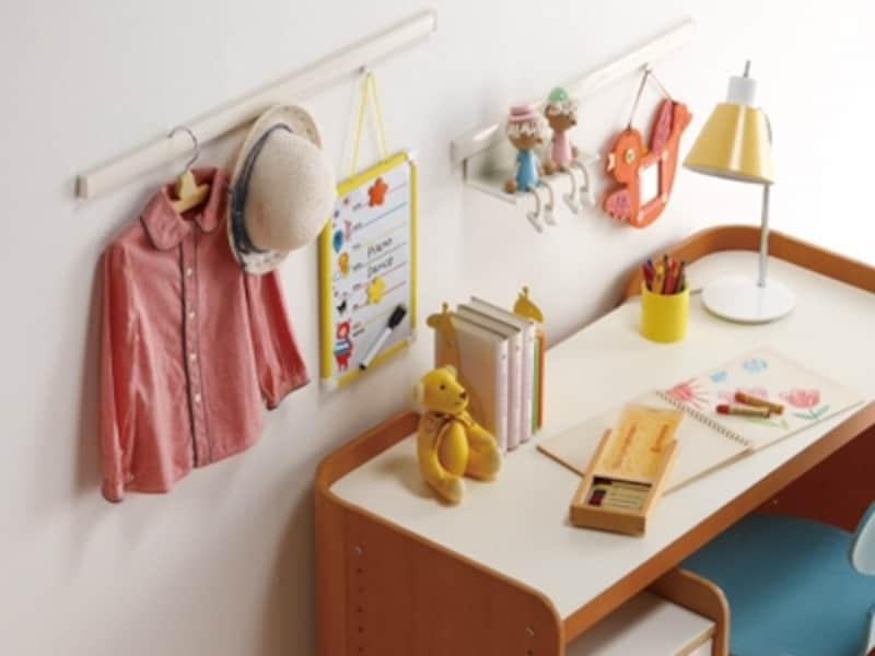 子ども部屋の壁にピクチャーレールを取り付けリフォーム。帽子や洋服掛けとしてお片付けの習慣付けにも(ピクチャーレールVP-M/タチカワブラインド)