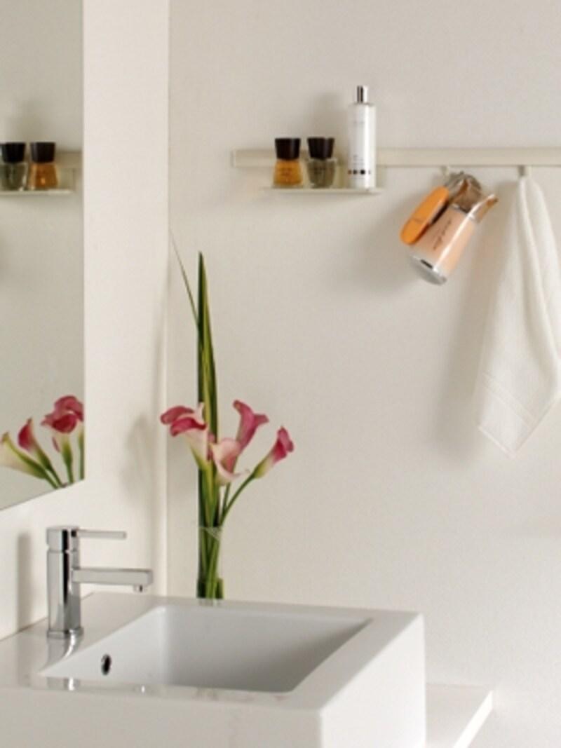 洗面所にピクチャーレールを取り付けリフォーム。いつもの基礎化粧品はサッと手に取りたい(ピクチャーレールVP-M/タチカワブラインド)