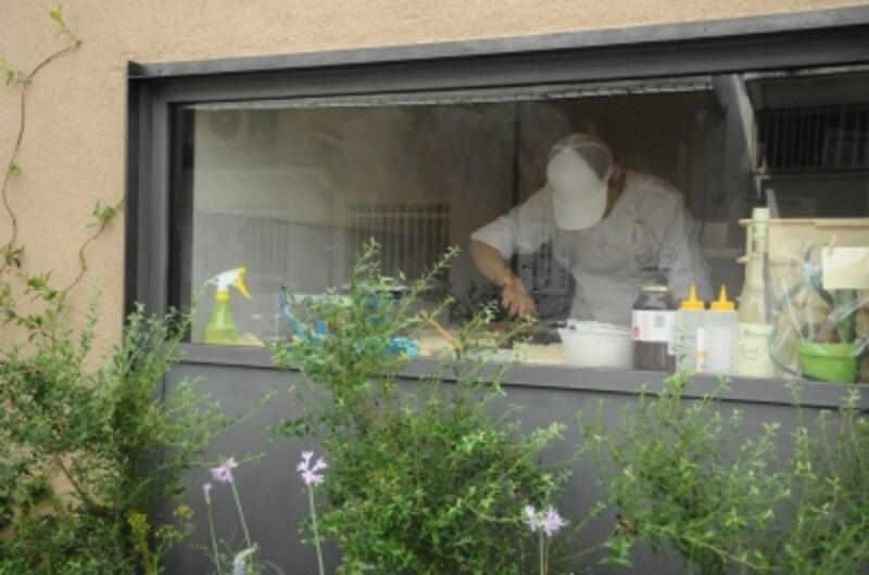 外からもパンの厨房が見える