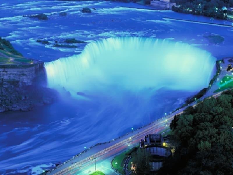 時差で疲れていても、絶対に見ておきたい、滝のイルミネーション(C)TourismOntario