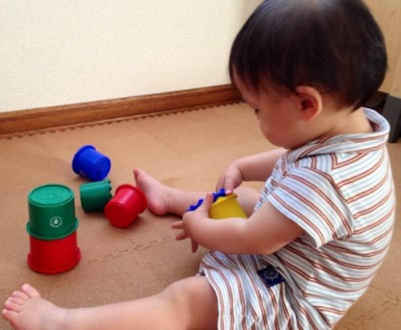0歳児の心と体を育てる遊びカップを重ねたり出し入れしたり