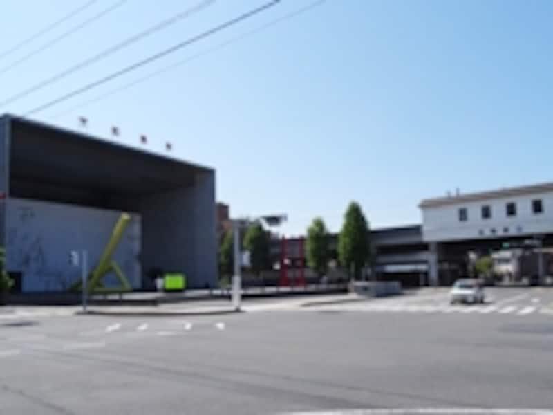 丸亀市猪熊弦一郎美術館(左)は丸亀駅(右)の目の前にあります