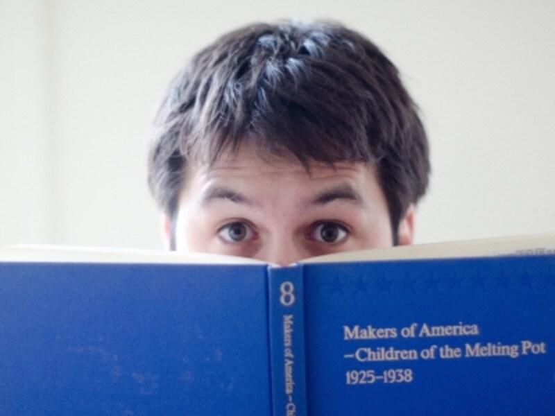 絵本を読むお父さんのイメージ画像